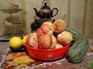 Вкусные пирожные -персики