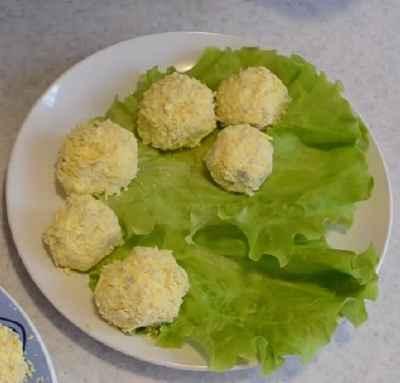 сырные шарики на салатных листьях фото
