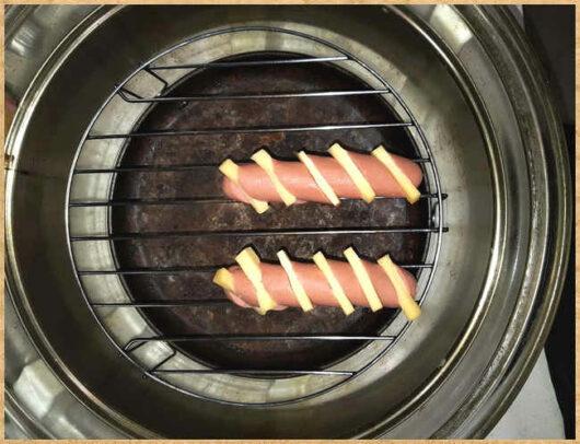 фото для сайта- быстрое и вкусное блюдо сосиска с сыром, запеченные в аэрогриле