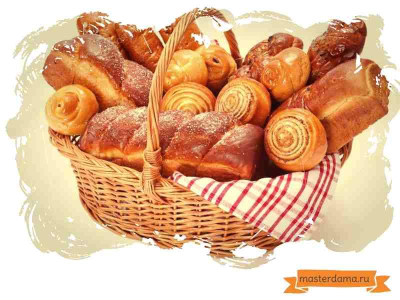 хлеб и булочки в корзине