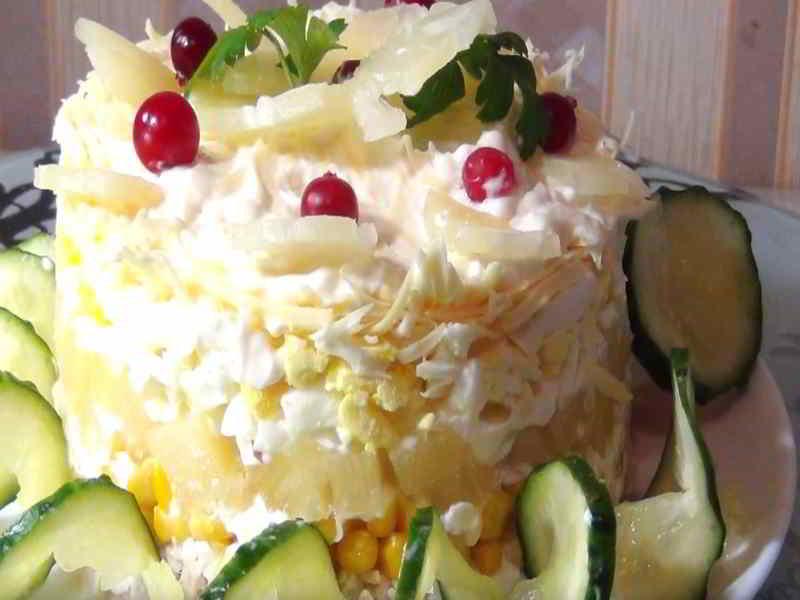 Салат с куриной грудкой, ананасом и кукурузой