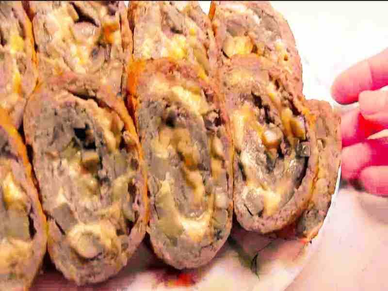 кусочки мясного рулета из говядины с грецким орехом и грибами