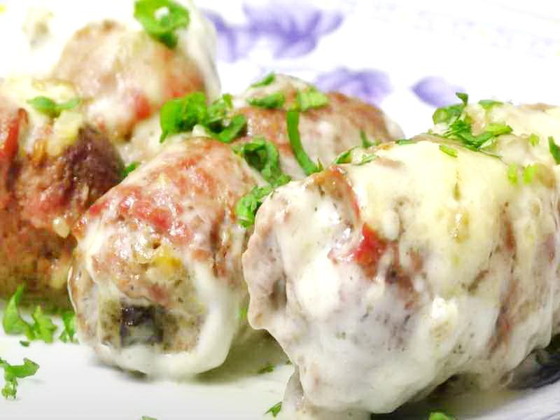 мясные рулеты с грецким орехом под грибным соусом