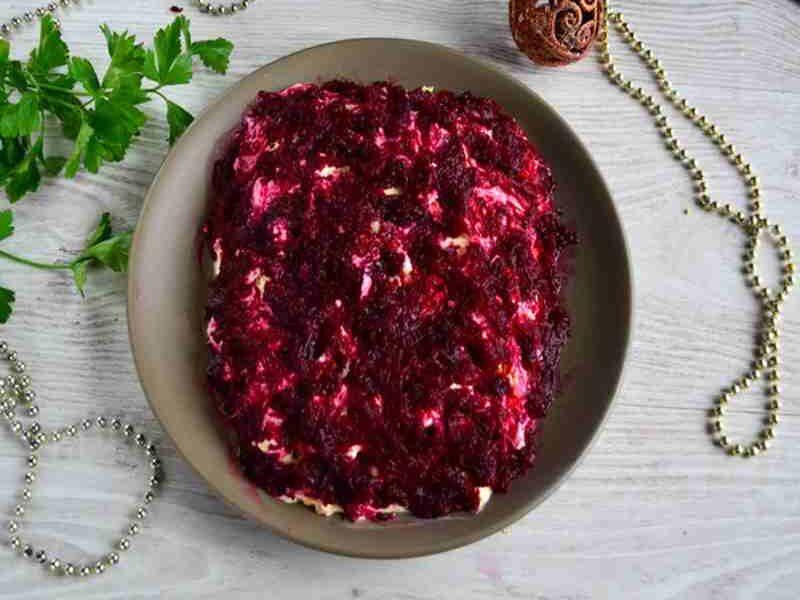 салат Селедка под шубой- слой варенной свеклы, натертый на тёрке